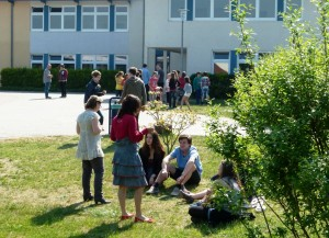 Gymnasium Panketal Schulhof mit Schülern und Lehrern