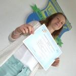 zu Recht stolz auf ihr DELF-Zertifikat