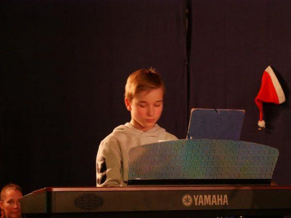 gut am Klavier begleitet